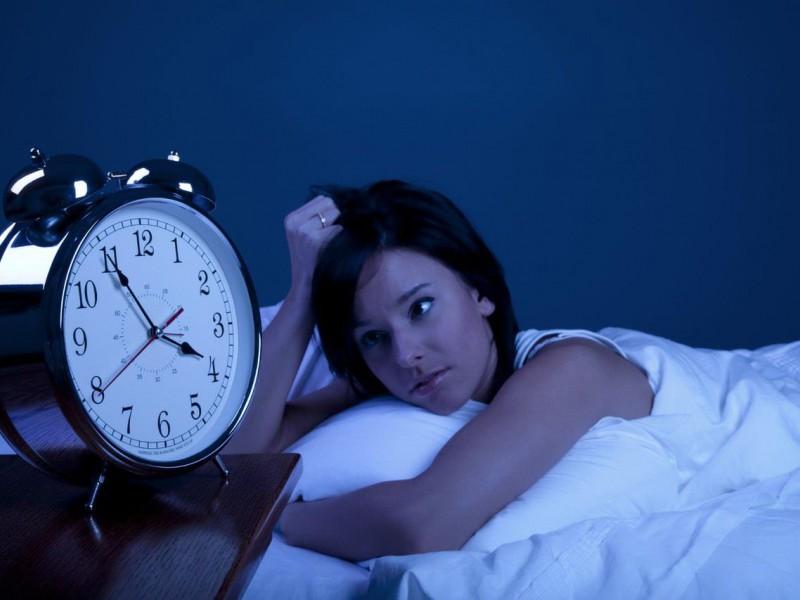 девушка проснулась, и смотрит на будильник, 4 часа ночи