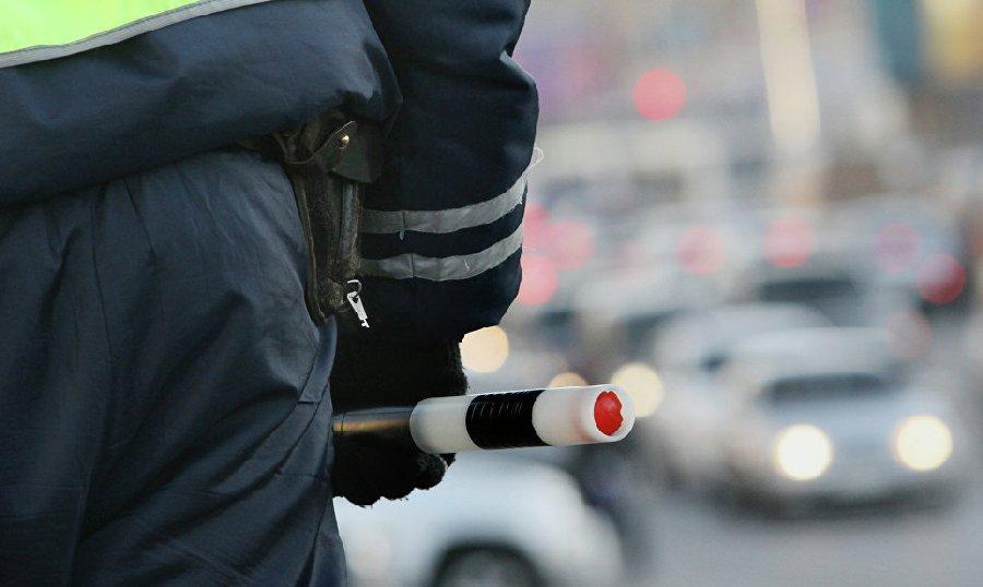 На федеральной трассе автоинспекторы помогли водителю